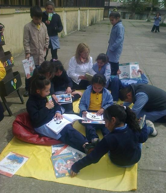 niños leen en el patio
