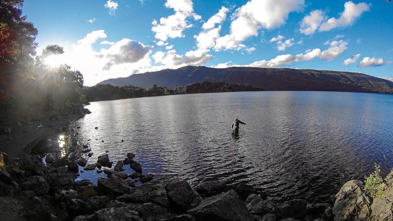Pesca deportiva en la laguna Icalma