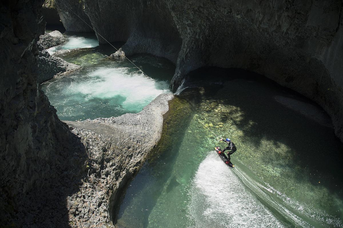 Lo último en esquí acuático mundial: Surfeo en el Parque Nacional Radal Siete Tazas